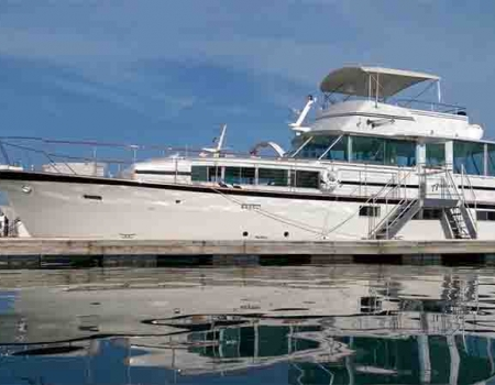 Private lakefront lunch cruise boat charters yacht for rent private dinner parties on a Chicago yacht privately owned